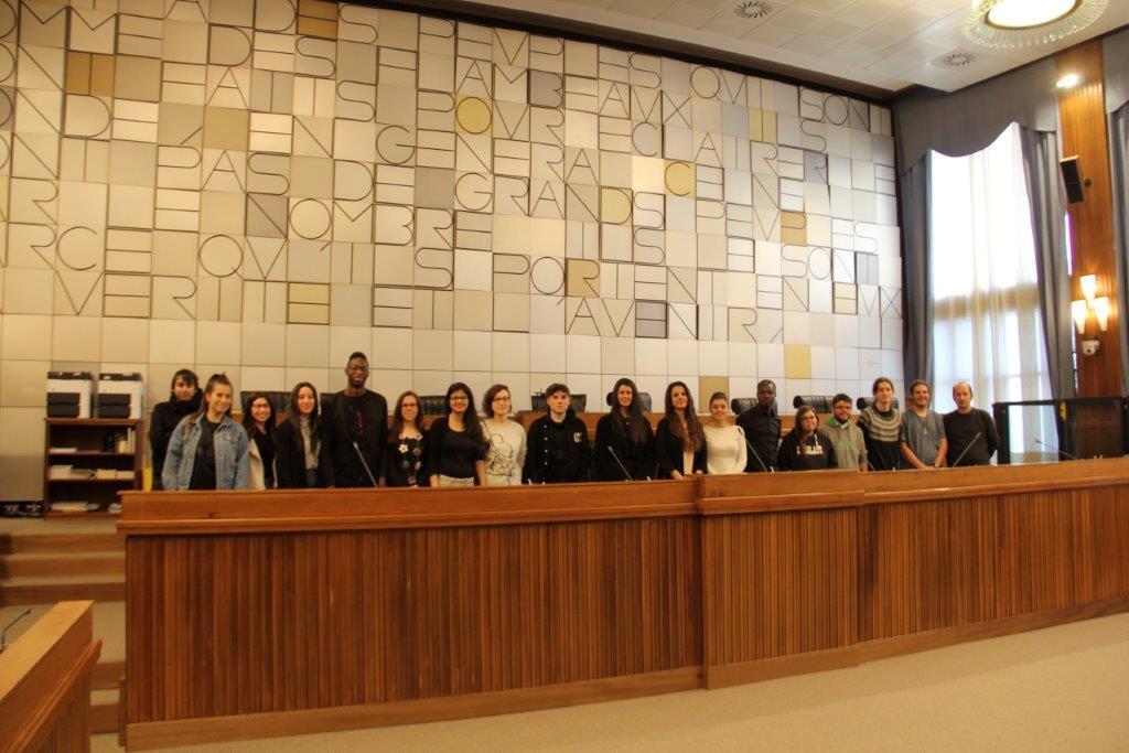 I volontari del servizio civile in visita alla sala del consiglio regionale della Valle d'Aosta